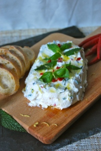 Ricotta & goat cheese spread with chili, basil, lemon and mint. Appetizer. Tartinade ricotta chèvre, pimento, citron, basilic et menthe. Apéro