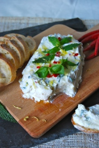 Ricotta & goat cheese spread with chili, basil, lemon and mint. Appetizer. Tartinade ricotta chèvre, pimento, citron, basilic et menthe. Apéro