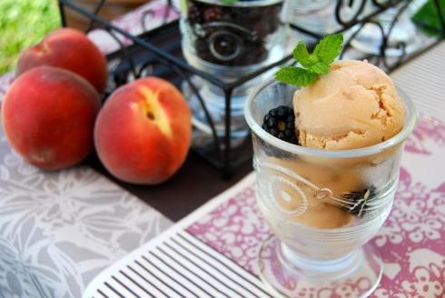 White peach sherbet - Summer. Glace, sorbet à la pêche blanche. été