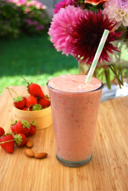 Pinapple, Strawberrie and almond smoothie. Easy & healthy breakfast. Smoothie ananas fraise et amanda. Petit déjeuner facile et léger