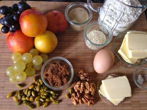 Plum and grape pie with pistachio walnut crumble - tarte prune raison, croustillant pistache noix